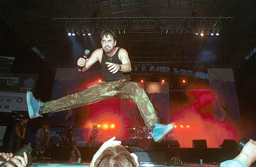 В 2001 году во время выступления на фестивале «Нашествие» лидер группы «ДДТ» Юрий Шевчук так увлекся танцами с гитарой наперевес, что не удержался на ногах и упал с довольно высоких подмостков. Но вскоре вернулся на сцену целый и невредимый