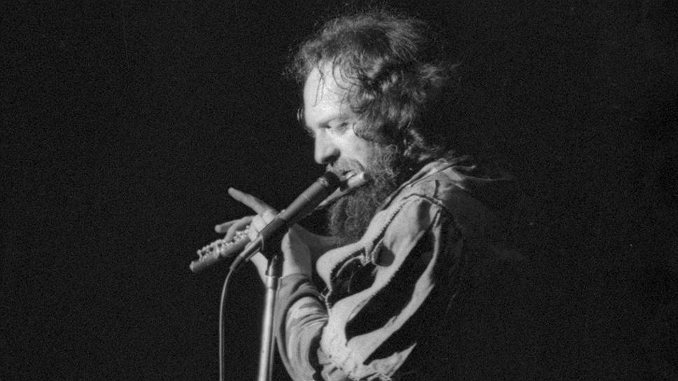 В 1979 году фронтмен Jethro Tull Ян Андерсон едва не ослеп, когда на концерте в Madison Square Garden один из поклонников бросил на сцену розу, которая оцарапала музыканта, а шип чудом не угодил ему прямо в глазное яблоко. Группа отменила два концерта турне, чтобы Андерсон мог прийти в себя после травмы