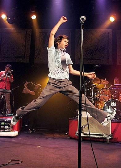 В 2000 году недавний лауреат Grammy Бек был госпитализирован во время концерта на арене «Уэмбли» в Лондоне. Во время финального номера «Devil`s Haircut» на сцене должен был начаться заранее запланированный беспредел, в ходе имитации беспорядков бас-гитарист должен был поднять босса и бросить в толпу у сцены. Вместо того чтобы упасть в распростертые объятия фанов, Бек повалился прямо на гриф бас-гитары. Певец был уверен, что проткнул себе живот и повредил внутренние органы, однако врачи успокоили его и разрешили продолжить турне, только попросили ограничить общение с фанами и прессой и больше отдыхать