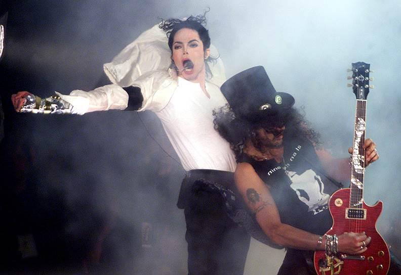 В июне 1999 года для благотворительного концерта Майкла Джексона в Мюнхене возвели модель моста над сценой. Во время исполнения «Earth Song» конструкция обрушилась, а Джексон упал в яму, образовавшуюся на сцене, получив легкие ожоги от пиротехники и ушибы