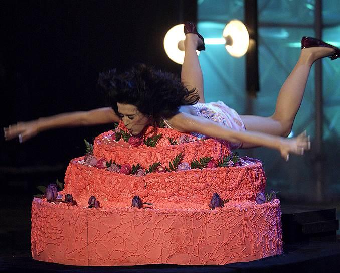 В октябре 2008 года во время выступления Кейти Перри на MTV`s Latin America Awards певица упала в большой торт на сцене и начала кидаться его кусочками в зрителей и гитариста, а потом поскользнулась и долгое время не могла подняться со сцены из-за скользкой поверхности. Ей пытался помочь гитарист, однако за кулисы певица ушла на четвереньках
