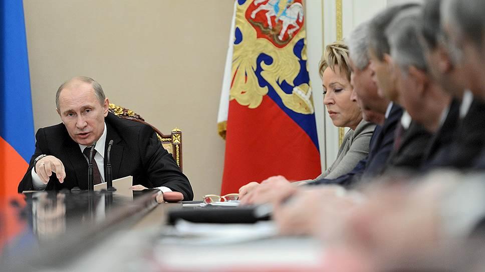 Кому Владимир Путин сокращает зарплаты