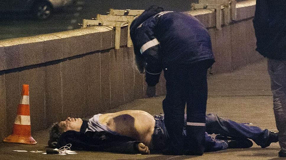 В правоохранительных органах заявили, что незадолго до убийства Борис Немцов со своей спутницей ужинали в одном из ресторанов ГУМа и после этого пошли прогуляться