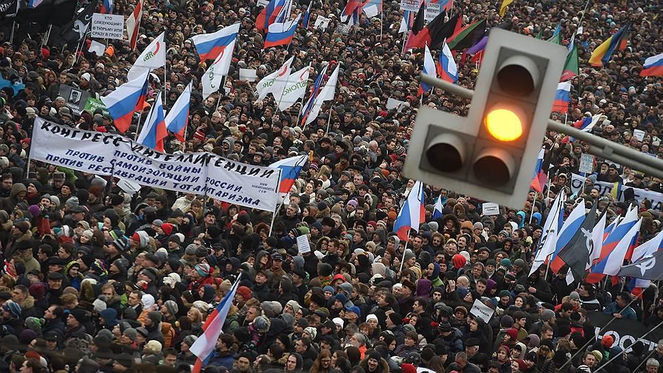 1 марта в Москве прошло траурное шествие в память о Борисе Немцове. Марш памяти стал заменой запланированного оппозицией ранее, но отмененного из-за убийства политика антикризисного марша «Весна»