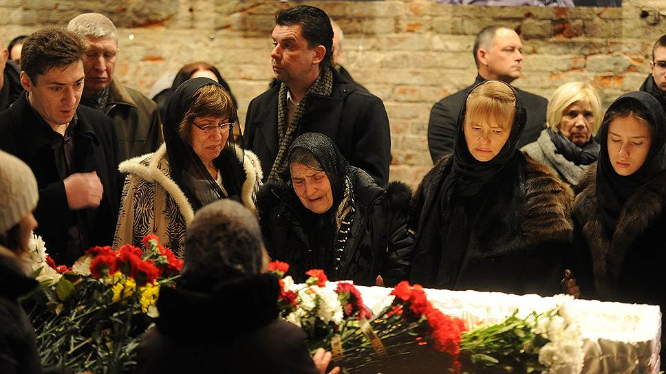 Мать Бориса Немцова Дина Эйдман (в центре), секретарь Бориса Немцова Ирина Королева (вторая справа) и дочь Бориса Немцова Дина Немцова (справа)