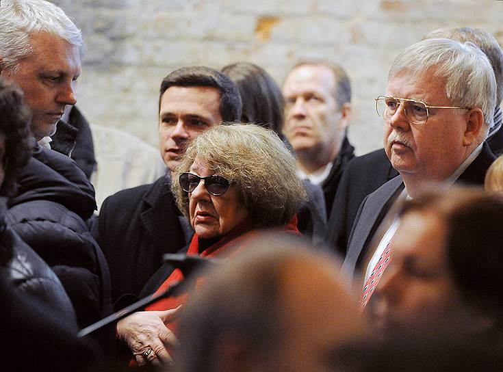 Слева направо: журналист Павел Шеремет, оппозиционер Илья Яшин, издатель журнала The New Times Ирэна Лесневская и посол США в России Джон Теффт во время церемонии прощани