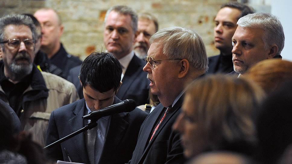 Посол США в России Джон Теффт (в центре) и журналист Павел Шеремет (справа) во время церемонии прощания