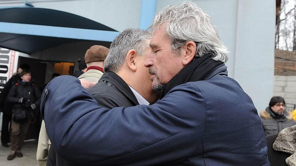Член совета директоров «Альфа-банка» Олег Сысуев (справа) на церемонии прощания