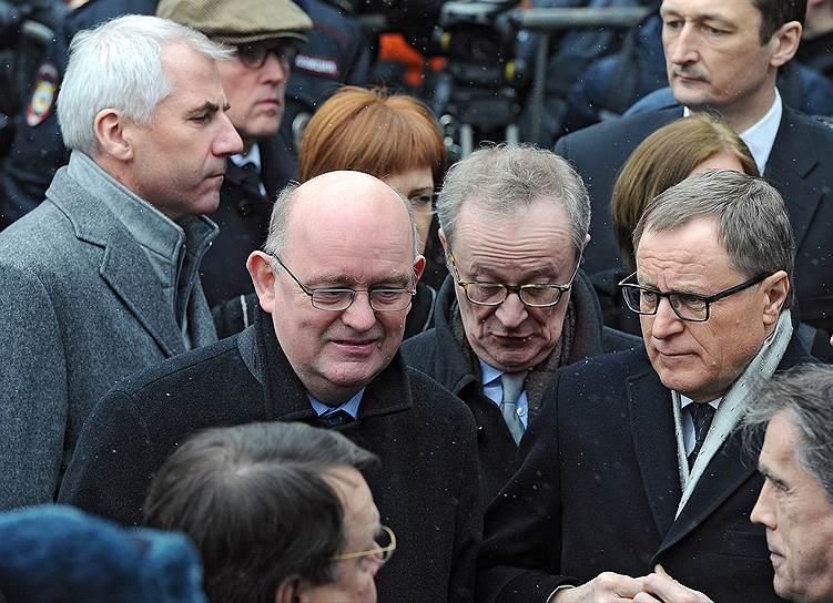 Посол Ирландии в России Оун Финбар О'Лири (второй слева), посол Бельгии в России Алекс Ван Меувен (в центре) и посол Финляндии в России Ханну Химанен (справа) во время церемонии