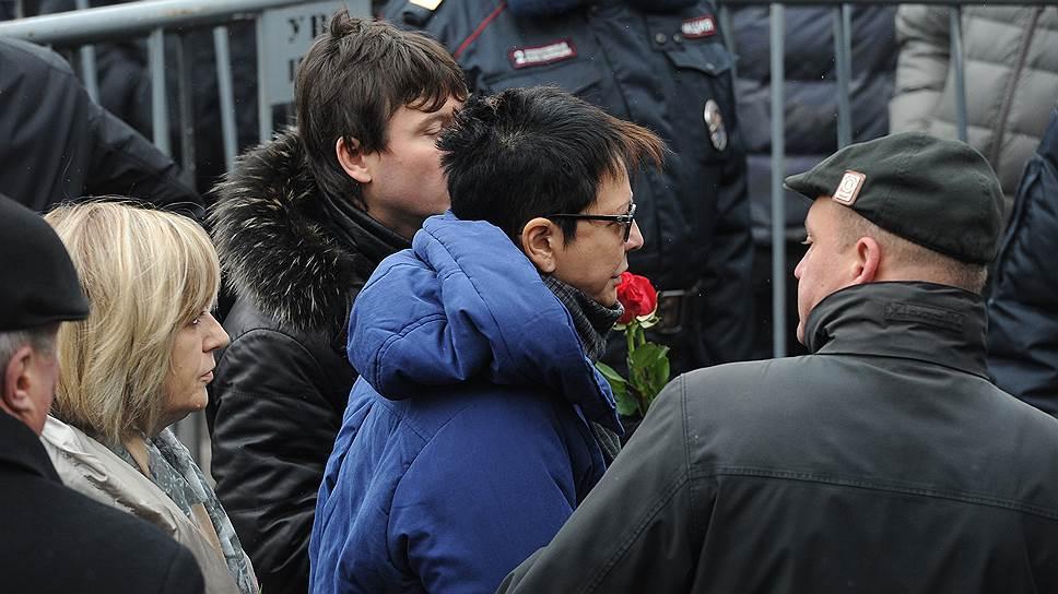 Писатель, общественный деятель Ирина Хакамада во время церемонии прощания