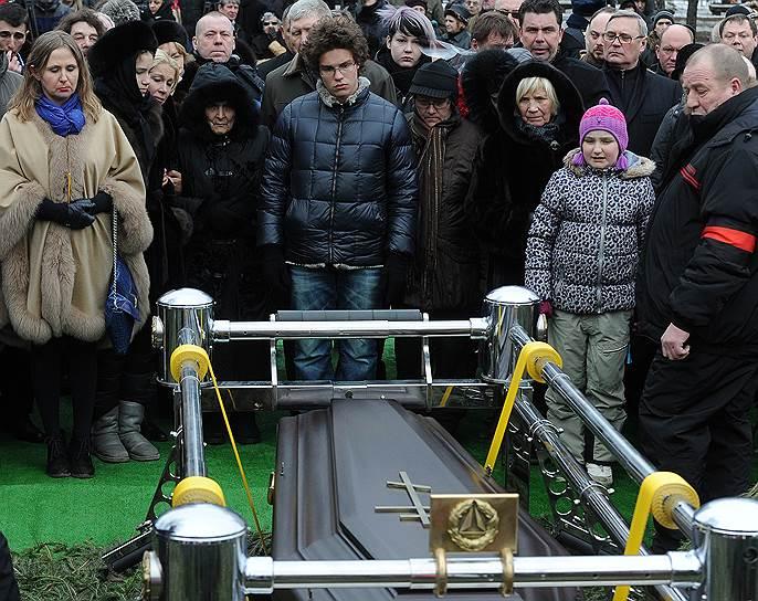 Мать Бориса Немцова Дина Эйдман (в центре) и сын Бориса Немцова Антон во время похорон