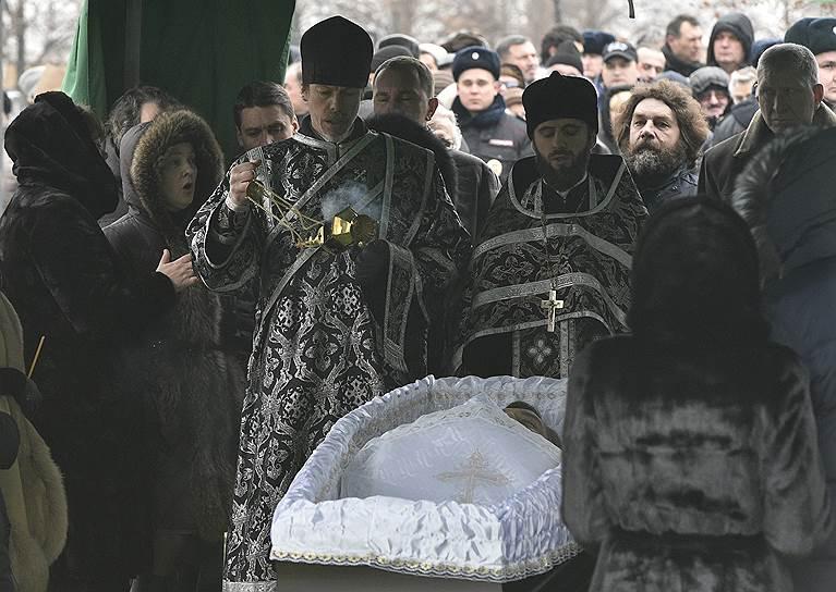 До похорон там же, на кладбище, в установленном шатре состоялось отпевание