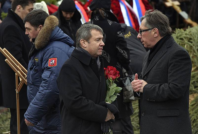Бывший руководитель администрации первого президента России Валентин Юмашев (в центре) и президент «Альфа-банка» Петр Авен