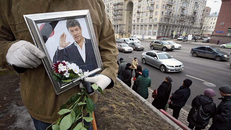 Проститься с убитым политиком, помимо нескольких тысяч тех, кто видел его лишь по телевизору или на уличных демонстрациях, пришли его бывшие коллеги и соратники и нынешние высокопоставленные члены правительства