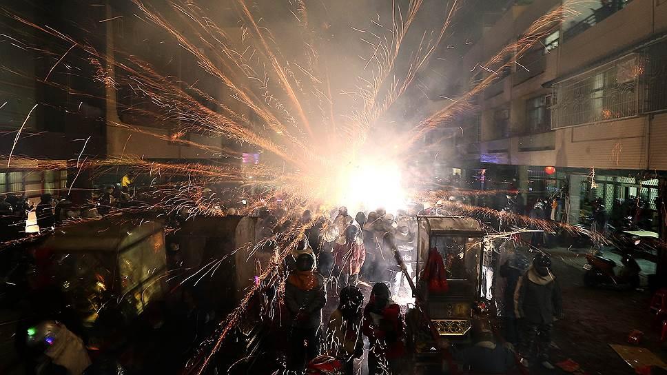 Тайнань, Тайвань. Взрыв петарды во время фестиваля Beehive Rockets