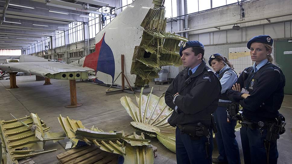 Как родственникам жертв катастрофы Boeing 777 под Донецком показали обломки лайнера