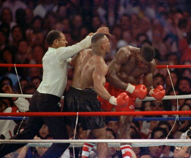 «Когда звучит гонг, больше нет чемпионов и претендентов. Чемпион восходит на ринг, и чемпион покидает его. На ринге только два боксера, которые бьются за титул между этими двумя моментами». <br>На фото: бой между Франком Бруно и Майком Тайсоном в феврале 1989 года