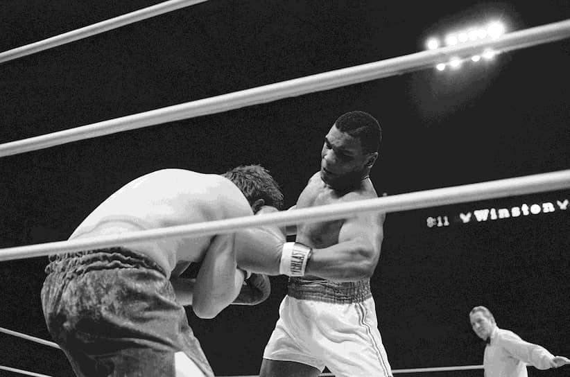 «Настоящая свобода – это когда у тебя ничего нет. Я был свободнее, когда у меня не было ни цента» <br>22 ноября 1986 года Тайсон отправил в нокаут Тревора Бербика и завоевал титул чемпиона мира по версии WBC в супертяжелом весе. 1 августа 1987 года после победы над Тони Таккером Майк Тайсон стал самым молодым абсолютным чемпионом мира. Тогда же его арестовали, обвинив в нападении на сотрудницу платной автостоянки и нанесении увечий. Дело закрыли после выплаты Тайсоном $105 тыс<br>На фото: бой Майка Тайсона и Майка Джеймисона в январе 1986 года