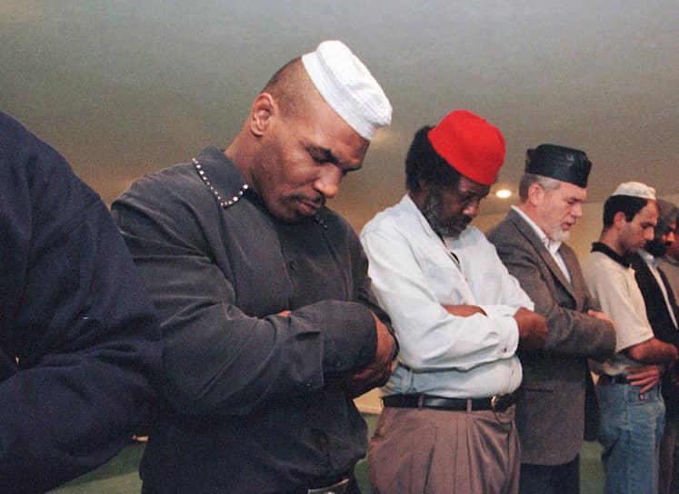 «Иногда мне кажется, что я несовместим с этим обществом, потому что вокруг одни долбаные лицемеры. Все только и говорят, что верят в Господа, но все, что они делают, они делают иначе, чем Господь» <br>Тайсон не раз говорил, что его кумиром является Мохаммед Али. Как и знаменитый боксер, Тайсон исповедует ислам и носит арабское имя Малик Абдул Азиз
