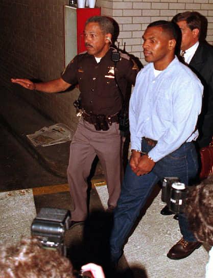 """19 июля 1991 года боксера обвинили в изнасиловании 18-летней Дезире Вашингтон, имевшей титул «Мисс """"Чёрная Америка""""». Тайсон был признан виновным и приговорен к шести годам тюрьмы (отсидел только три). Свой первый бой после выхода из тюрьмы «Железный Майк» провел 19 августа 1995 года. Его соперником стал боксер Питер Макнили. Уже в первом раунде Макнили дважды побывал на полу, а потом был дисквалифицирован"""