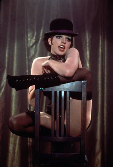 Впервые Лайза сыграла гастролирующую в предвоенной Германии певицу кабаре Салли Боулз на сцене Бродвея в 1966 году. Но только в фильме, по мнению критиков, характер Салли достиг максимальной выразительности <br>На фото: кадр из фильма