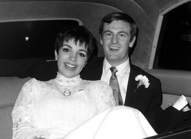Первым мужем Лайзы был австралийский кантри-певец Питер Аллен (на фото), оказавшийся гомосексуалом. Они развелись через два года после свадьбы. От второго мужа — Джека Хейли-младшего — она ушла к Мартину Скорсезе. С третьим — скульптором Марком Герро — Лайзе удалось прожить двенадцать лет, но и этот брак распался