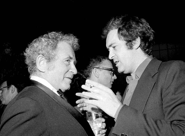 «Режиссеры, которых я больше всего люблю,— это Пазолини и Годар. Я обожаю их обоих, это два великих ума и два великих поэта, и именно поэтому я хочу снимать фильмы против Пазолини и против Годара, ибо убежден, что необходимо воевать с теми, кого любишь больше всего, если хочешь шагнуть вперед и дать что-то другим» <br>На фото: Бернардо Бертолуччи и писатель Норман Мейлер (слева)