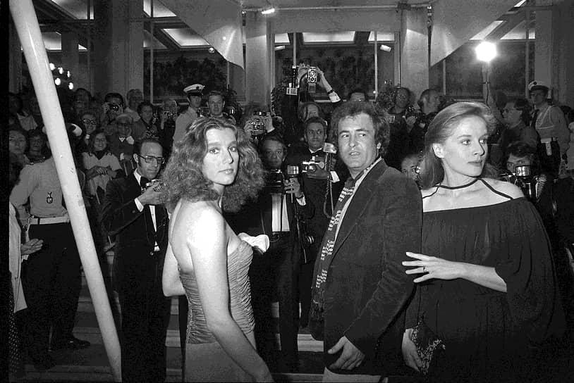 Успех «Последнего танго в Париже» позволил Бертолуччи начать работу над пятичасовой эпопеей «Двадцатый век» (1976). Картина, в которой сыграли Роберт де Ниро и Жерар Депардье, была встречена критикой положительно  <br>На фото: с актрисами Стефанией Сандрелли (слева) и Доминик Сандра на премьере фильма «Двадцатый век»