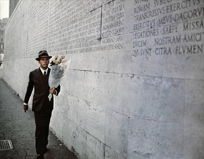 «Я хотел, чтобы мир изменился для меня. Я обнаружил в политической революции личностный уровень» <br>Всемирную известность Бертолуччи принес фильм о психологических началах фашизма «Конформист» (1970, кадр на фото). Режиссер отмечал, что картина в некотором смысле отражает его разочарование событиями 1968 года во Франции, когда массовые демонстрации привели к отставке Шарля де Голля. В 1971 году картина получила национальную кинопремию Италии «Давид ди Донателло» как лучший фильм года