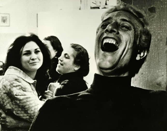 «Сегодня надо уметь передать эмоции без элемента провокации» <br>Бросив университет, Бертолуччи дебютировал как режиссер в 1962 году с фильмом «Костлявая смерть» (кадр на фото). На заре своей карьеры он придерживался левых взглядов, которые нашли отражение в картинах «Перед революцией» (1964) и «Партнер» (1968), снятый «Двойнику» Достоевского. В «революционном» европейском 1968 году Бертолуччи вступил в коммунистическую партию Италии, которую покинул через 10 лет