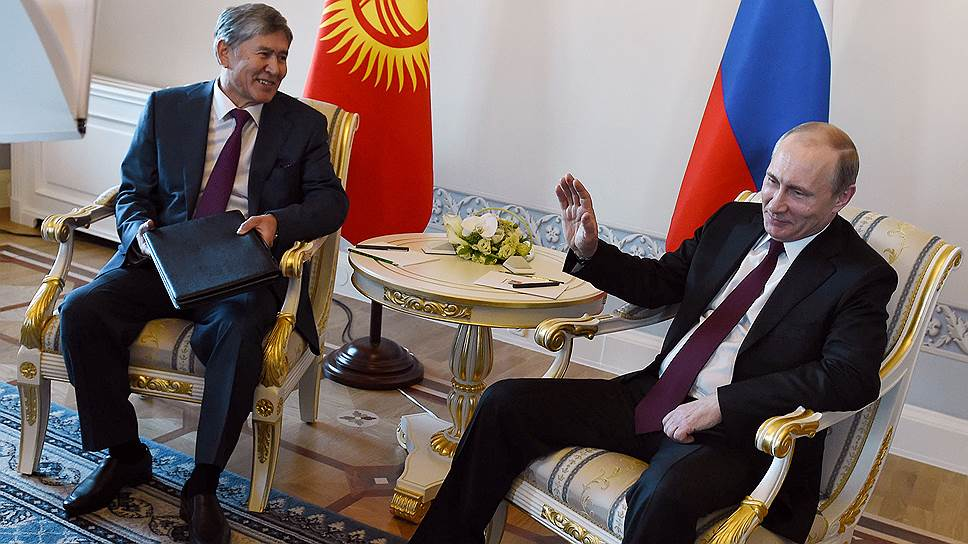 Глава Киргизии Алмазбек Атамбаев (слева) и президент России Владимир Путин