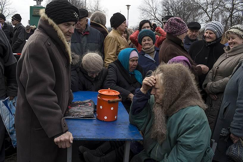 12 марта. Село Чернухино Луганской области. Очередь на получение гуманитарной помощи
