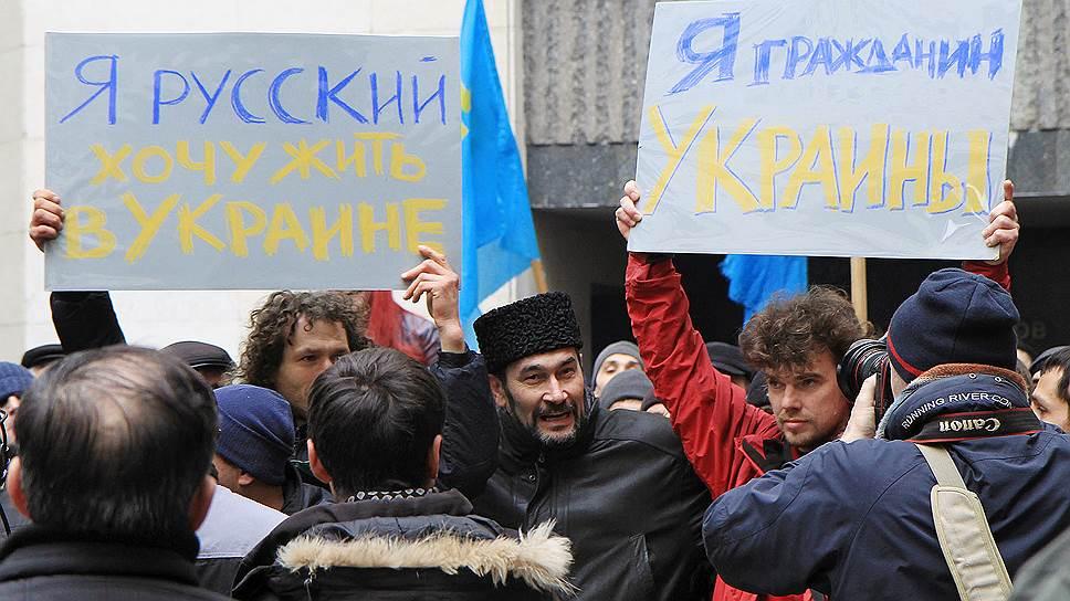 26 февраля у здания рады в Симферополе массовый митинг организовал Меджлис крымско-татарского народа. Председатель народного собрания Рефат Чубаров заявил, что крымские татары не дадут оторвать Крым от Украины