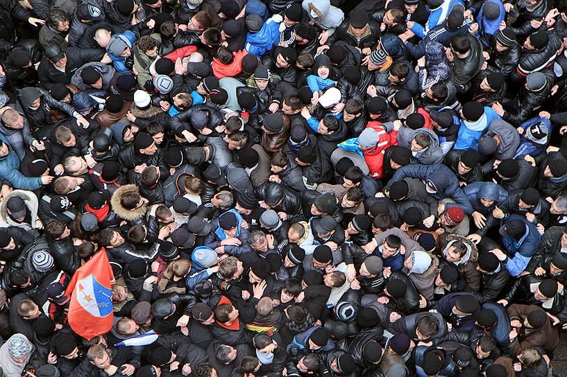 Одновременно здесь же проходил митинг партии «Русское единство». В результате столкновений погибли два человека, 30 получили ранения