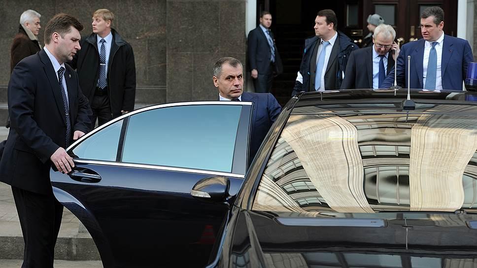 20 февраля 2014 года глава Крымского парламента Владимир Константинов на переговорах в Москве не исключил отделения Крыма от Украины в случае обострения ситуации в стране. Отвечая на вопрос, нужно ли проводить референдум по поводу отделения Крыма, он сказал, что предпочитает «не жевать» эту тему, поскольку сегодня Крым — это «одна из опор центральной власти»