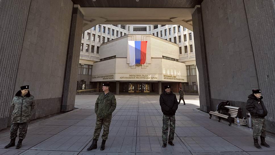 25 февраля во время очередной акции на здании парламента Крыма активисты установили российский флаг