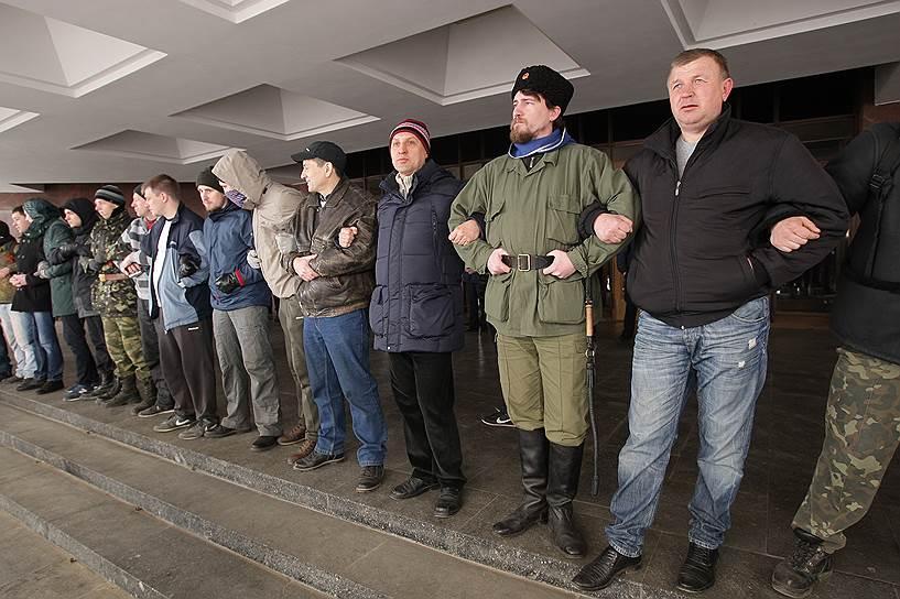 21 февраля в Симферополе у здания Верховной рады Крыма произошли столкновения между пророссийскими активистами и местными сторонниками евромайдана