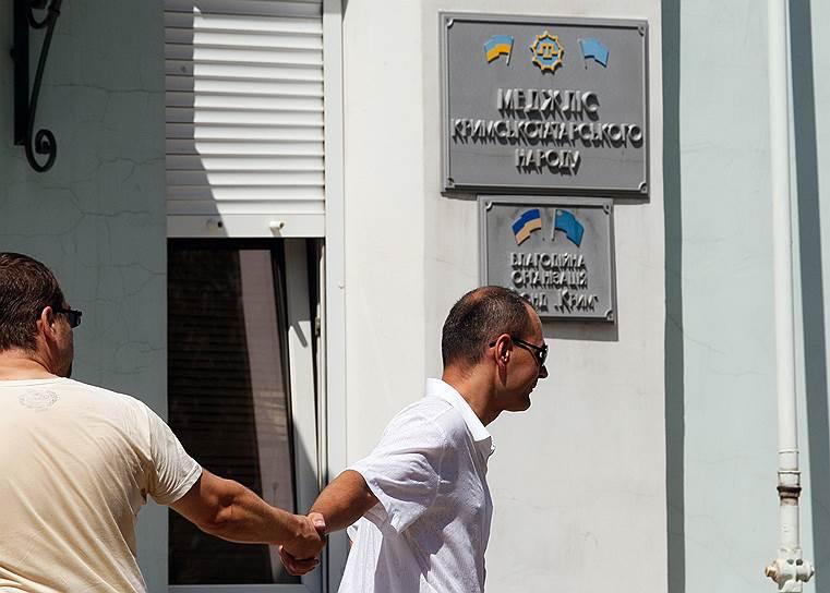 1 апреля, официально не принимая итоги голосования, сотрудничать с крымскими властями решил Меджлис