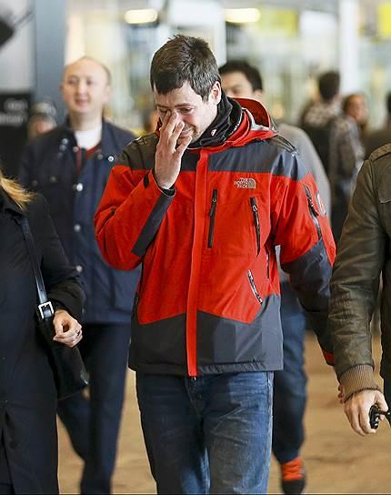 """Корреспондент """"Ъ FM"""" в Германии Олег Зиньковский: «Самолет должен был стартовать из Барселоны в 9:30, почему-то вылет задержался на полчаса, непонятно почему. Конечно, он должен был бы уже прибыть на настоящий момент в Дюссельдорф, куда направлялся, там пассажиров ждали друзья, близкие, они находятся в состоянии шока, с ними работают психологи. Самолет был изготовлен в Европе на заводах Airbus в 1990 году, таким образом, это один из самых старых самолетов, который эксплуатировался авиакомпанией Germanwings. Но нет никаких сведений о том, что он в какой-то мере был неисправен. Germanwings — это одна из самых известных немецких авиакомпаний, это дочернее предприятие Lufthansa, и по количеству воздушных судов, и числу перевозимых пассажиров занимает третье место в Германии. Более того, она существует с 2002 года, и не было еще ни одного инцидента с крушением какого-либо воздушного судна»"""
