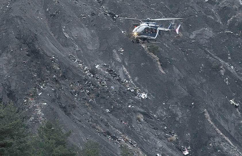 Департамент Альпы Верхнего Прованса, Франция. Вертолет спасателей над обломками самолета Airbus A320 немецкой авиакомпании Germanwings