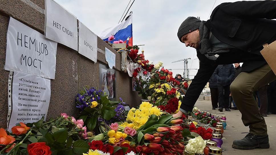 Почему с места убийства Бориса Немцова ночью вывезли все цветы и портреты