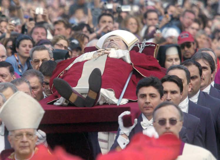 Всего на траурной литургии присутствовали 2,5 тыс. официальных гостей. Для прощания с папой приехали почти 4 млн человек