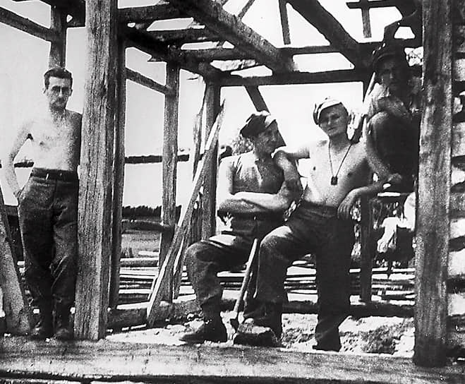 «В 20 лет я уже потерял всех, кого любил»  <br>Как только началась немецкая оккупация, Кароль (на фото — второй справа)  оставил учебу и стал работать в каменоломне, а потом и на химическом заводе, чтобы избежать депортации на работы в Германию. В 1941 году умер его отец, именно это повлияло на решение пойти в священнослужители