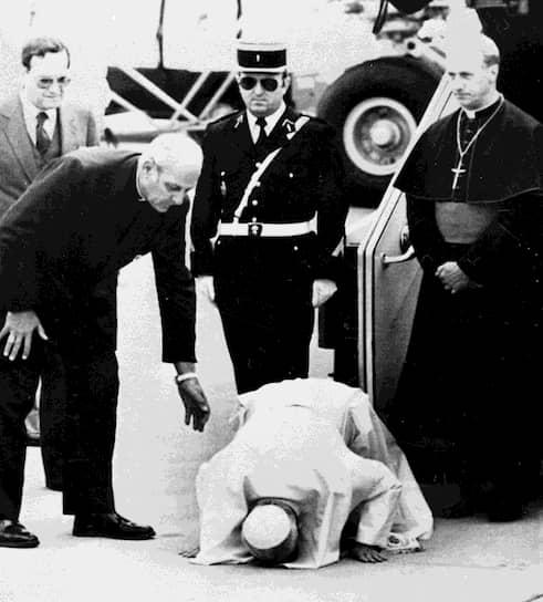 Сразу после избрания главой Римско-католической церкви Иоанн Павел II отказался от церемонии коронации и от ношения папской тиары. Он всегда говорил, что прежде всего он «раб рабов Божьих», и использовал местоимение «я» вместо «мы»