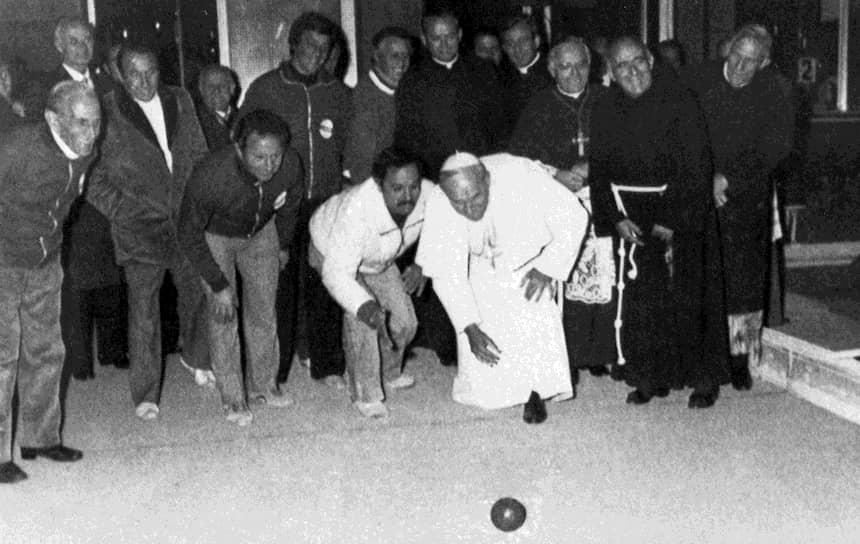 Иоанн Павел II старался сделать все возможное по улучшению отношений между христианством и другими религиями, в частности исламом. 27 октября 1986 года в Италии прошел Всемирный день молитв о мире, где 47 делегаций от различных христианских конфессий, а также представители 13 иных религий провели общую молитву