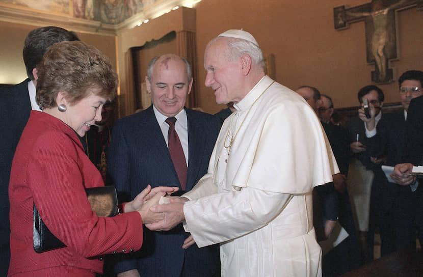 «Религия — не политика, но для многих политика — религия. Это опасно»  <br>Папа Иоанн Павел II активно участвовал в политике, занимаясь миротворческой деятельностью. В 1982 году, во время войны за Фолклендские острова, он побывал в Великобритании и Аргентине, надеясь повлиять на ход конфликта. Он также осуждал войны в Персидском заливе и Ираке <br>На фото: папа Иоанн Павел II и первый президент СССР Михаил Горбачев с женой Раисой
