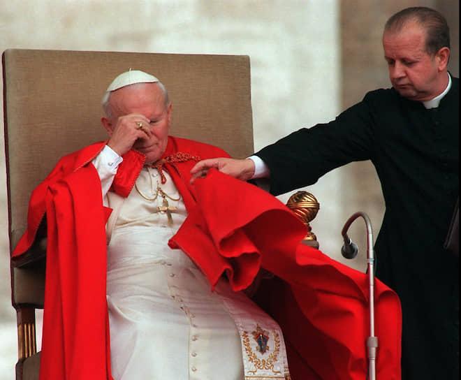 Иоанн Павел II стал первым папой, который посетил мечеть и помолился там. Это было в 2001 году в мечети Омейядов в Сирии. Закончив молитву, папа поцеловал Коран