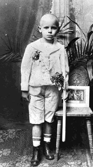 «Если бы я знал, что стану папой, я бы лучше учился»  <br>Кароль Юзеф Войтыла, будущий папа Иоанн Павел II, родился в Польше, недалеко от Кракова в семье поручика польской армии и учительницы, которая умерла, когда Каролю было восемь лет. В юности он увлекся театром, хотел стать профессиональным актером и даже написал пьесу «Король-Дух»