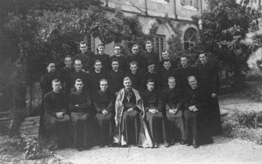 В 1942 году Кароль Войтыла (на фото — справа в нижнем ряду) поступил на учебу в Епископский дворец в Кракове. В 1946 году получил сан священника и приступил к преподавательской работе. После этого он побывал во Франции, Бельгии, Голландии, где присматривался к жизни католического духовенства, ходил по музеям и проводил беседы о Боге с земляками-эмигрантами. В Польшу он вернулся летом 1948 года и был назначен викарием бедного провинциального прихода в Неговицах