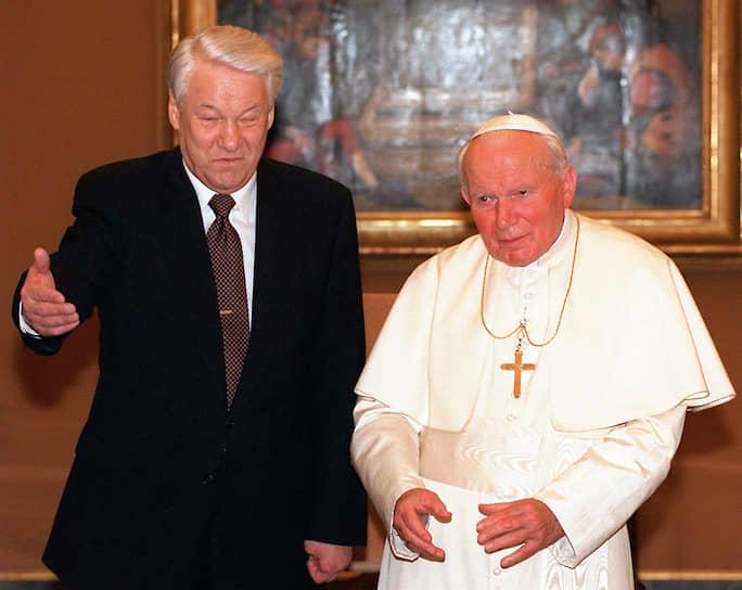В 1994 году в документе «В то время, как мы приближаемся к третьему тысячелетию» Иоанн Павел II впервые в истории признал, что церковь совершала грехи в прошлом и небезгрешна в настоящем, за что несет ответственность и папа римский. В числе грехов прошлого святой отец назвал «разрыв единства христиан», «религиозные войны», «суды инквизиции» и «дело Галилея» <br>На фото: с первым президентом России Борисом Ельциным